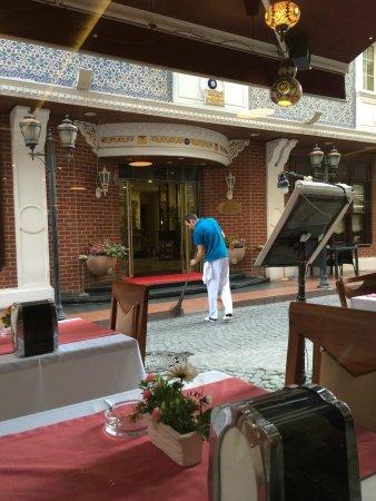Raymond Blue Hotel : Vista desde el comedor a la calle de atras del hotel