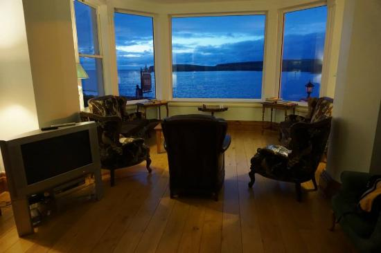 Waters Edge B & B : The sitting room and the ocean at dusk.