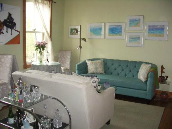 A B&B on Bay, Acrylic Dreams: Relax and lounge and enjoy the original art