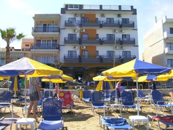Danaos Hotel: Front of hotel with sunbeds