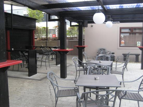 moes grill: Outdoor seating