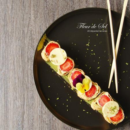 Dessert de printemps : Maki de crêpe aux fraises fraîches, mousse au thé vert Matcha