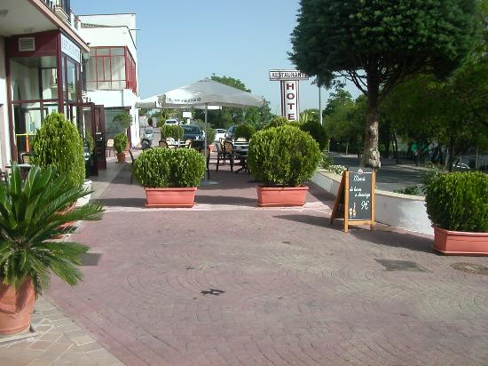 Hotel Las Villas de Antikaria : Outdoor terrace with bar / cafe
