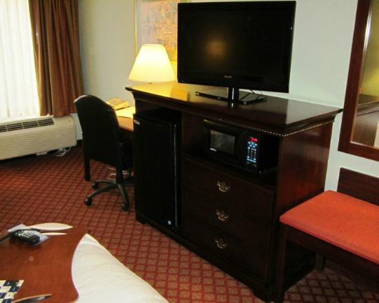 Hampton Inn Hillsville: TV, Frig and Microwave with Desk