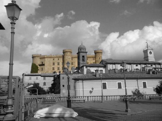 Albergo della Posta: Dalla piazza del Comune il Castello Odescalchi