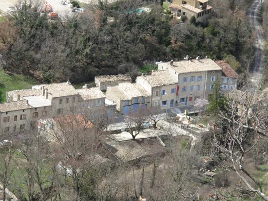Auberge de Trente Pas : L'auberge et le village (Vue de la route d'Eyroles)