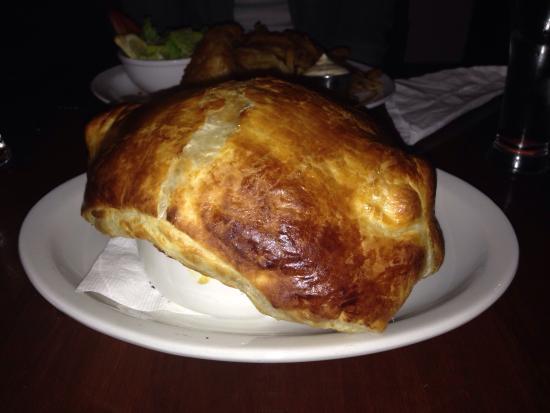 Fiddler's Green: Le fish & chips était excellent et la portion large a contenté l'estomac de mon amoureux. Le feu