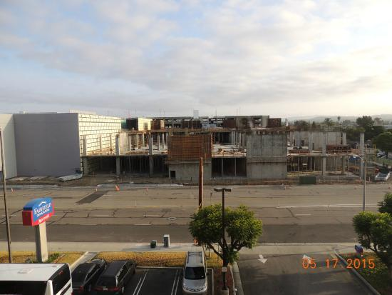 Fairfield Inn & Suites Anaheim North/Buena Park: View from Room of construction area, but quiet on evenings and weekends!
