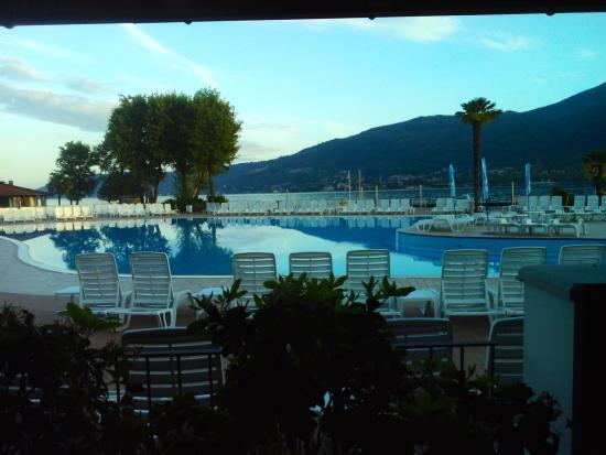 Camping Isolino Villaggio : Piscina affacciata sul lago vista dal bar