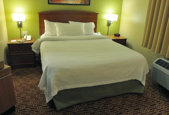 TownePlace Suites Cincinnati Blue Ash : Our queen suite was decorated in the currently standard scheme. This mattress sagged to the midd