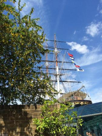 The Gipsy Moth : View of the Cutty Sark from the beer garden