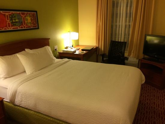 TownePlace Suites Cleveland Airport: Room 131 bedroom 1