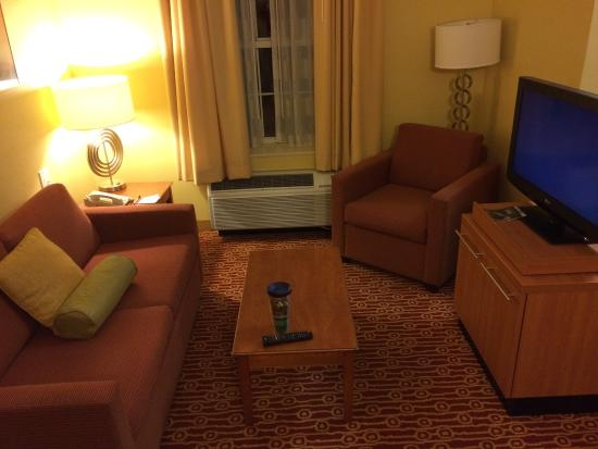TownePlace Suites Cleveland Airport: Living room area