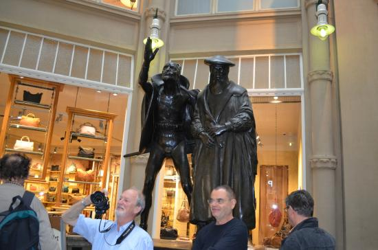 Auerbachs Keller Leipzig: Скульптура у входа в ресторан