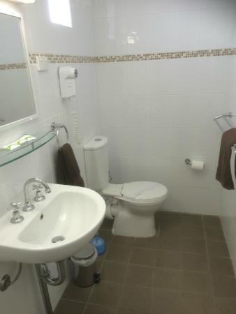 Bali Hi Motel : Roomy bathroom