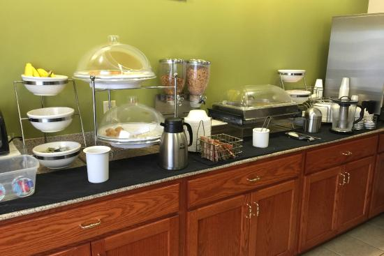 Sleep Inn South Bend: Part of the breakfast options: cereal, breads and biscuits with gravy.