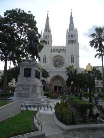 hotel gelegen tegenover de kathedraal van Guayaquil en het leguanenpark