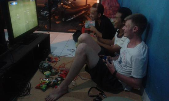 Pondok Frog Bungalow: After-hours video games with te staff