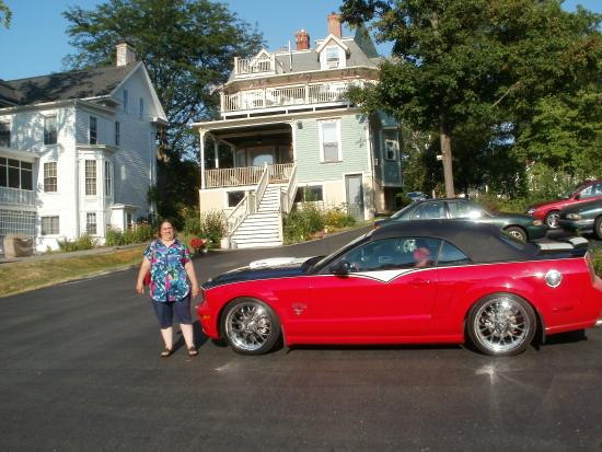 The Annabel Lee B&B Inn: Plenty of parking out back..We went to the Perry Supercruise!