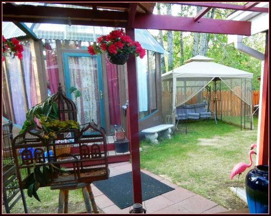 Billie's Backpackers Hostel: Gazebo and Pavilion from the Pergola