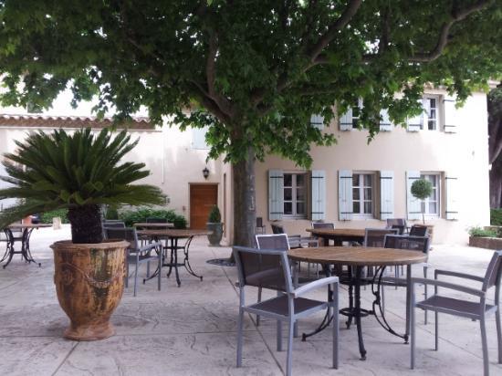 Le Pré du Moulin : terrasse de l'hôtel