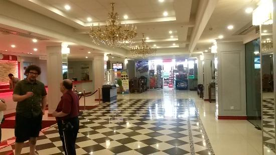 Red Rock Hotel: panoramica della hall reception, in fondo il negozietto interno