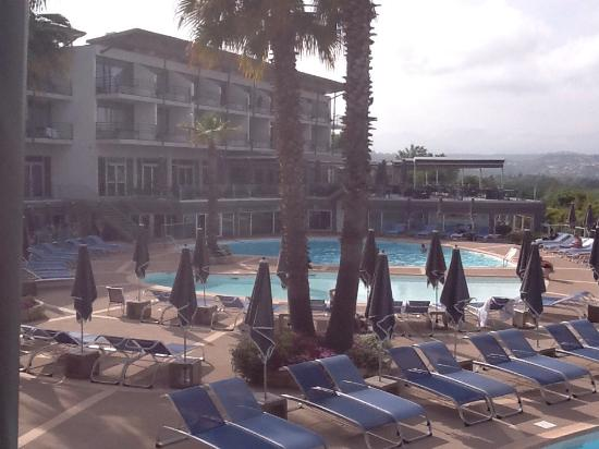 Le piscine picture of hotel baie des anges antibes for Piscine de antibes