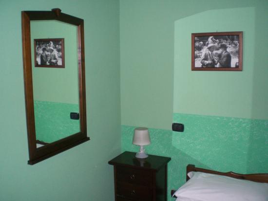 camera da letto - particolare - Foto di B&B Alloggio Maria, Napoli ...
