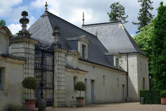 media-cdn.tripadvisor.com/media/photo-s/07/ee/82/82/chateau-of-azay-le-rideau