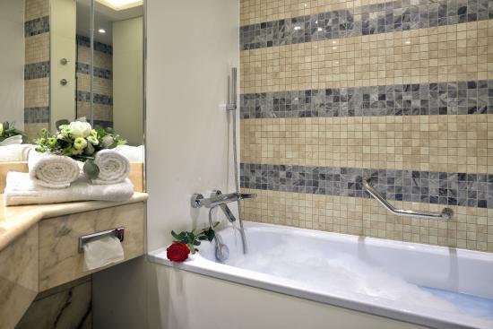Hotel Savoy: Bathroom - Superior Room