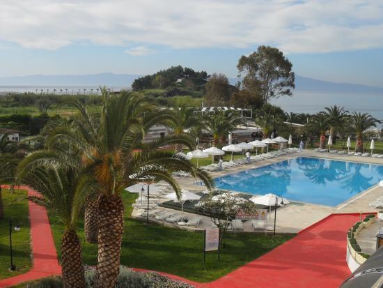 Vue piscine et mer de la chambre picture of club hotel for Club de piscine