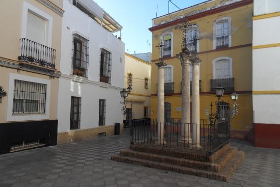"Pension San Pancracio: ""plaza santa cruz"" devant l'hotel."
