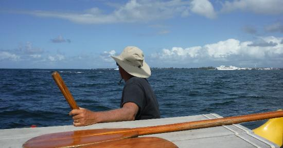 Pahala, Hawaï : Capt Kiko, sailing outside the Bay. Swells about 5ft