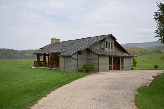 Fort Lewis Lodge: Beautiful,open fireplace and recreation building