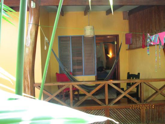 Hotel Guarana: Ansicht private Terrasse vor jd. Zimmer mit Hängematte und Schaukelstuhl