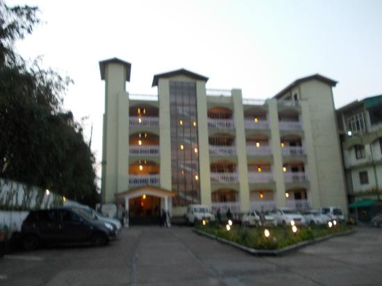 Landmark Hills: View from the front  during dusk- the XXL space in front is seen
