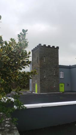 The Burren Castle Hotel: vue de l'extérieur