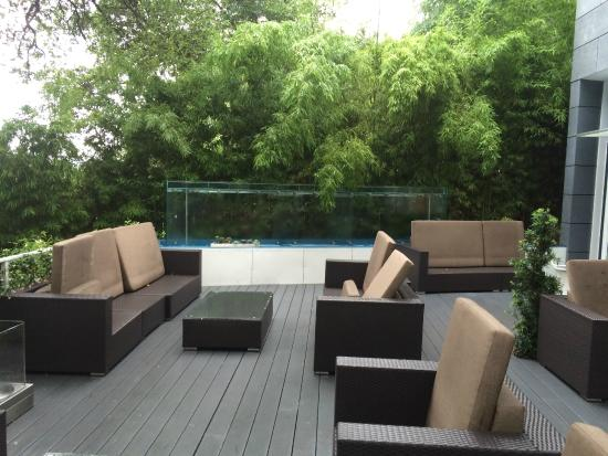 Kimber Modern Hotel: Large deck with waterfall fountain