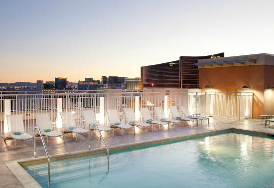 SpringHill Suites Las Vegas Convention Center: Rooftop Pool at Dusk