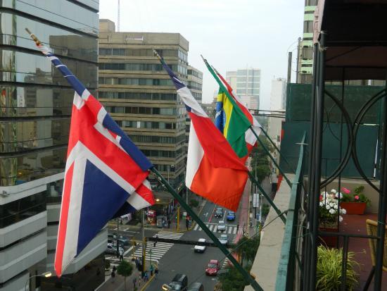 Suites Larco 656: Vista da Av. Larco da cobertura - detalhe da bandeira do Brasil