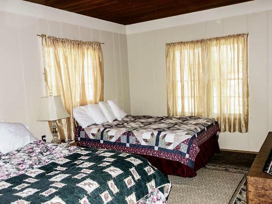 Elkhorn Lodge and Guest Ranch: Bedroom has two queen beds