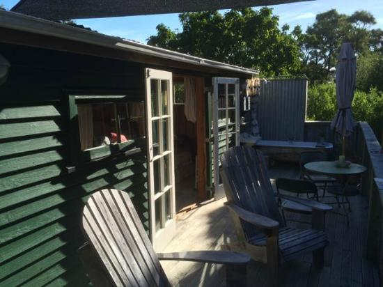 Coombe Farm Bed and Breakfast: Shepherd's hut deck