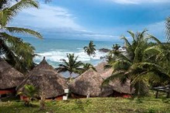 Axim Beach Hotel: View of the cottages and the ocean..