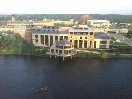 JW Marriott Grand Rapids: Vista do quarto de frente para o Grand River - 12° andar (o edifício que aparece na foto é um mu