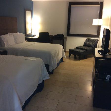 Holiday Inn Express Mérida: Habitación espaciosa y cómoda