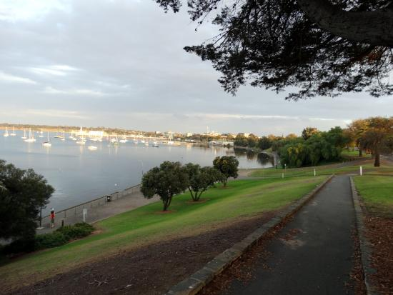Quality Hotel Bayside Geelong: Opposite lovely bayside walk!