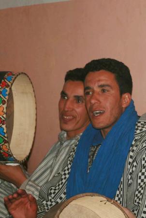De la musique berbère faite par les jeunes du Kasbah Itran