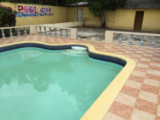 Santa Crest Hotel: Turbid pool