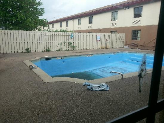 Econo Lodge: Pool is drained and fillty...notice electric light laying on deck.