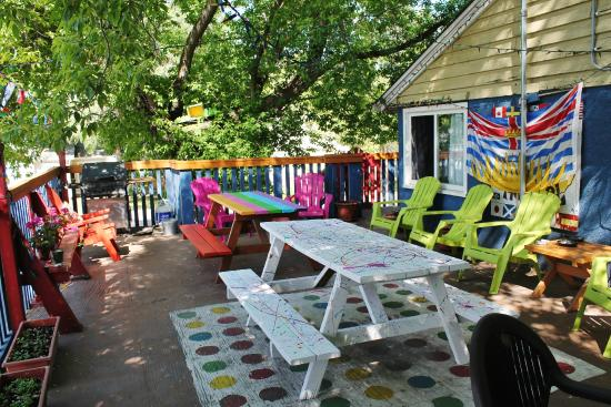 Kelowna International Hostel: Our front deck